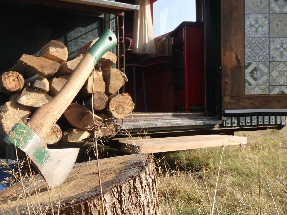 Trekkershut Tralaluna kamperen vuurplaats eigen hout hakken